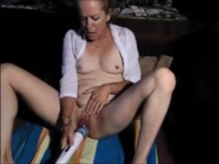 Бабушка мастурбирует до оргазма