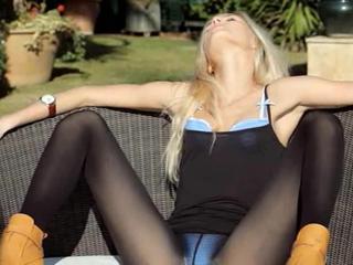 Невероятный блондинка в обуви представляют