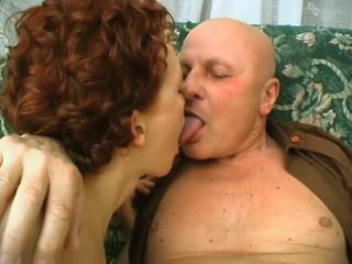 Старик все еще есть дрова для секса втроем