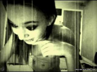 Гот девочка играет с Cam Фильтр на вебкамеру