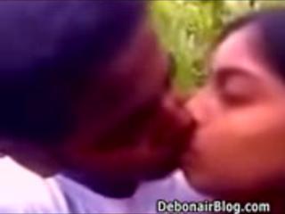 Бенгальский девушка поцеловала сочные сиськи всасывается давая минет в садовых MMS