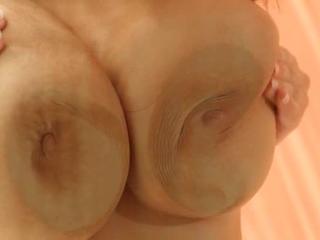 брюнетка с изящно огромные сиськи