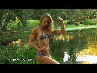 Горячая девушка колледжа сгибая мышцы